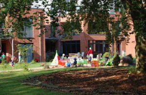 LeNa - Gartenseite Buche im Anschnitt und 2 Häuser