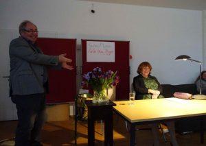 Uwe Naumann begrüßt Hannelore Hoger zu einer Lesung bei LeNa
