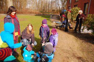 Kinder und Erwachsene bei Gartenarbeit