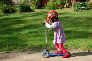 LeNa-Kind mit Roller