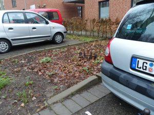 Beet mit unterirdischem Stromkabel für E-Autos