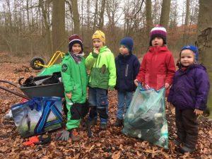 Kinder bei Müllsammelaktion