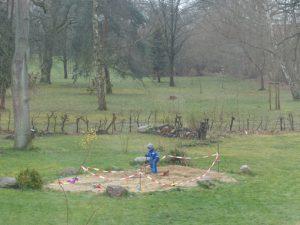 auf Spielplatz 2 spielt ein einzelnes Kind