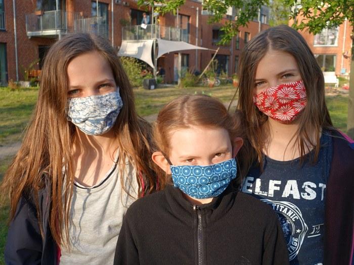 LeNa-Mädchen mit Masken