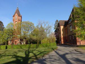 Die PKL, Lüneburgs Psychiatrische Landesklinik. Blick auf den Wasserturm und einen Pavillon