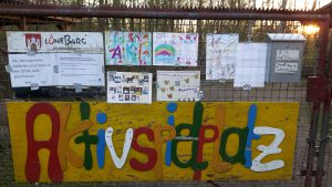 Aktivspielplatz Zugang mit Kinderbildern behängt