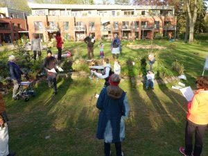 Chorsingen im Garten mit Sicherheitsabstand