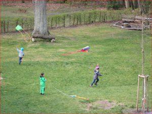 3 Kinder mit fliegenden Drachen