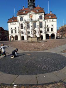Lüneburger Rathaus mit Seebrücke-Teilnehmern