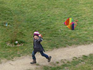 rennendes Kind mit Drachen