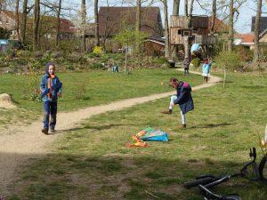 Kinder beim Drachensteigenlassen