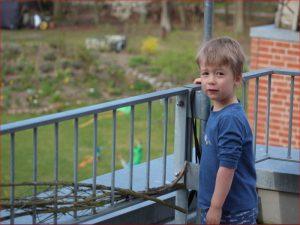 Kind auf Balkon
