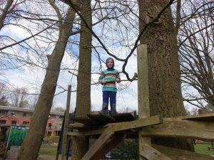 Junge allein im Baumhaus