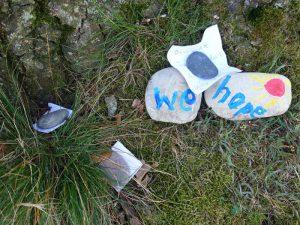 Hoffnungssteine und Wunschzettel am Fuß der Eiche