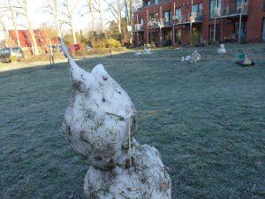 Am Tag nach dem Frost: schmelzende Schneefigur