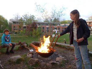 Kinder verbrennen alte Wabenrähmchen
