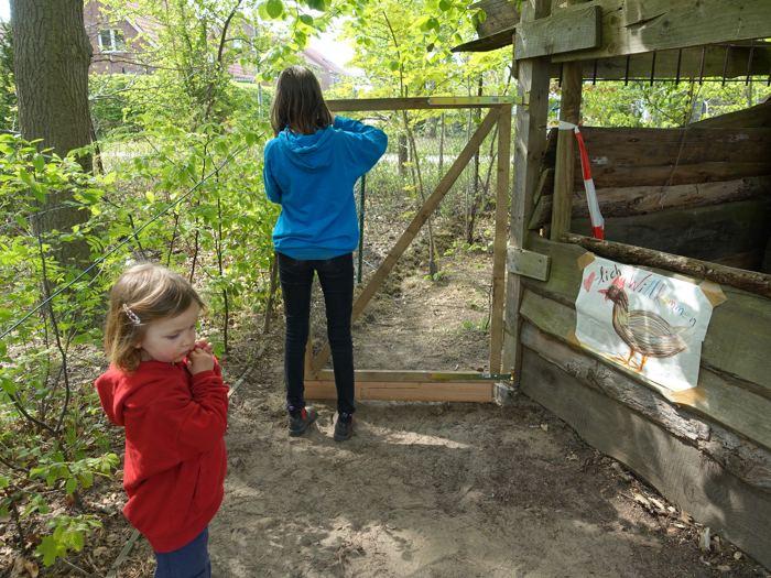 2 Mädchen am Eingang des Hühnergeheges