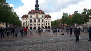 """Aktion """"leere Stühle"""" der Lüneburger Gastronomen auf dem Marktplatz"""