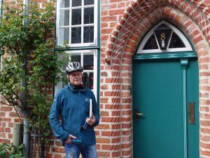 LeNa-Mitglied vor seinem Elternhaus in Lüneburgs Altstadt