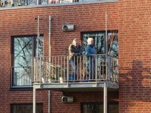 Frida und Reinhold auf dem Balkon in Corona-Zeiten