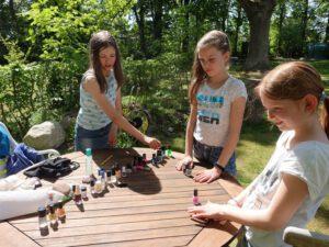 Mädchen mit Nagellackfläschchen