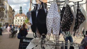 Mundschutz-Masken und Blick auf Lüneburger Rathaus